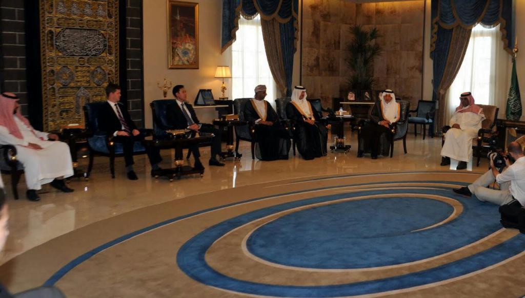 أمير منطقة مكة المكرمة يلتقي في مكتبه بجدة عددا من طلاب جامعة هارفارد الأمريكية