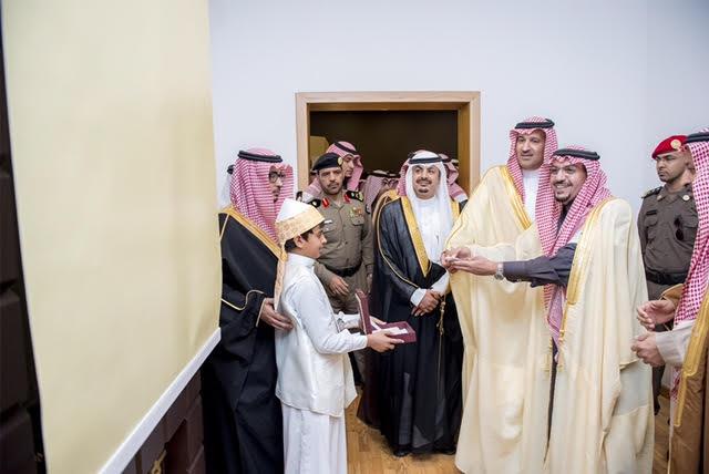 """أمير القصيم والمدينة يدشنان جناح """"طيبة الطيبة"""" في المعرض الوطني ببريدة"""