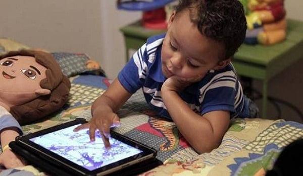 احذر.. الهواتف الذكية قد تدمر عيون طفلك