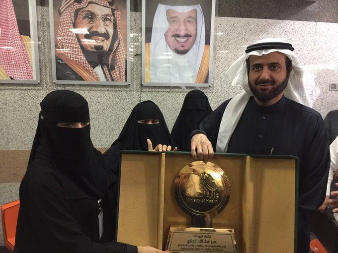 وزير الصحة يكرم الممرضة عبير العنزي لتبرعها بجزء من كبدها لطفلة لا تعرفها