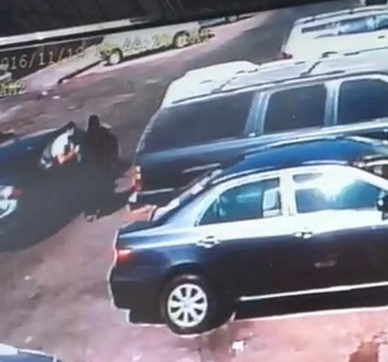"""شرطة الخبر تقبض على لصين سرقا شنطة فتاة وأوقعاها أرضاً """"فيديو"""""""