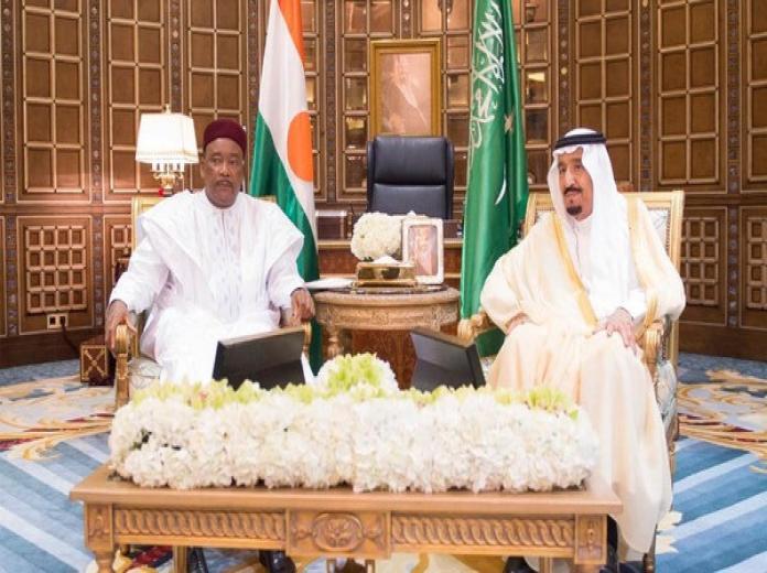 المملكة والنيجر توقعان 3 اتفاقيات أبرزها في التعاون الأمني   خادم الحرمين الشريفين والرئيس النيجري خلال جلسة المباحثات