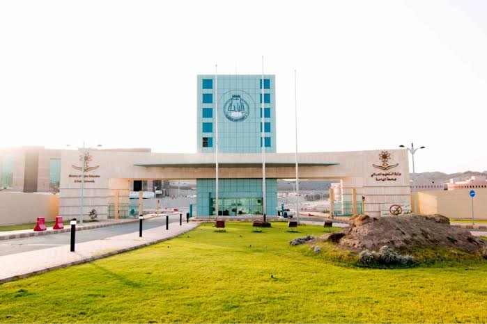 مدير جامعة الباحة المكلف يوجه بتمديد فترة معرض الكتاب المخفض