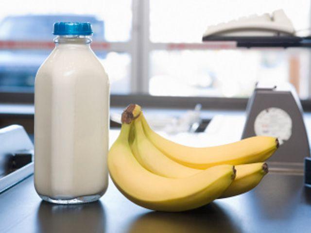 مختص تغذية يحدد الأطعمة التي لا ينصح بتناولها مع الموز