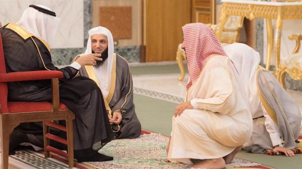 صورة الملك سلمان مع المشايخ و العلماء بالديوان الملكي تثير أعجاب المغردين
