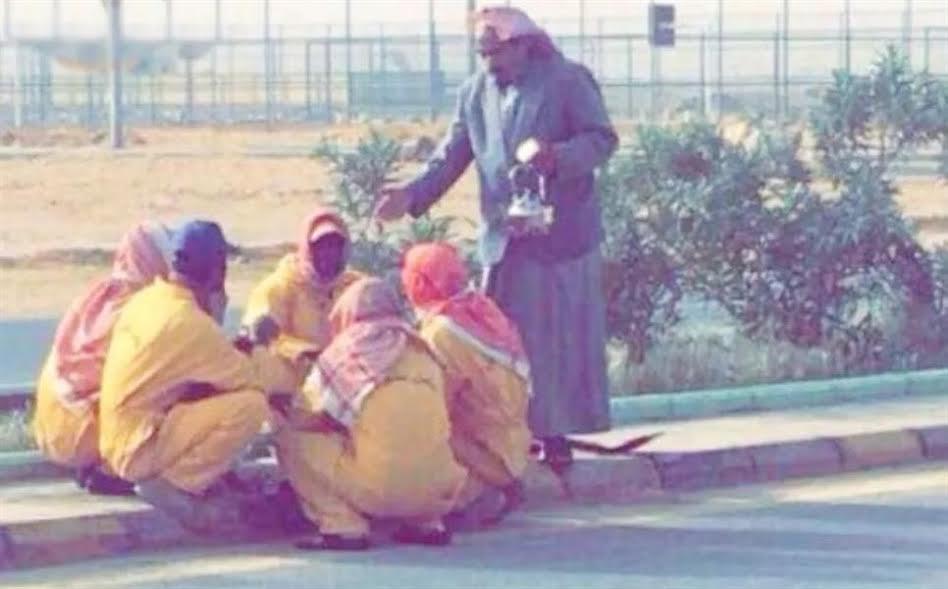"""شاهد .. مواطن يقدم الإفطار كل صباح لعمال النظافة .. وبلدية """"العويقيلة"""" تكرمه"""