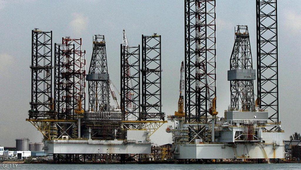 النفط يرتفع وتوقعات بتمديد خفض إنتاج أوبك