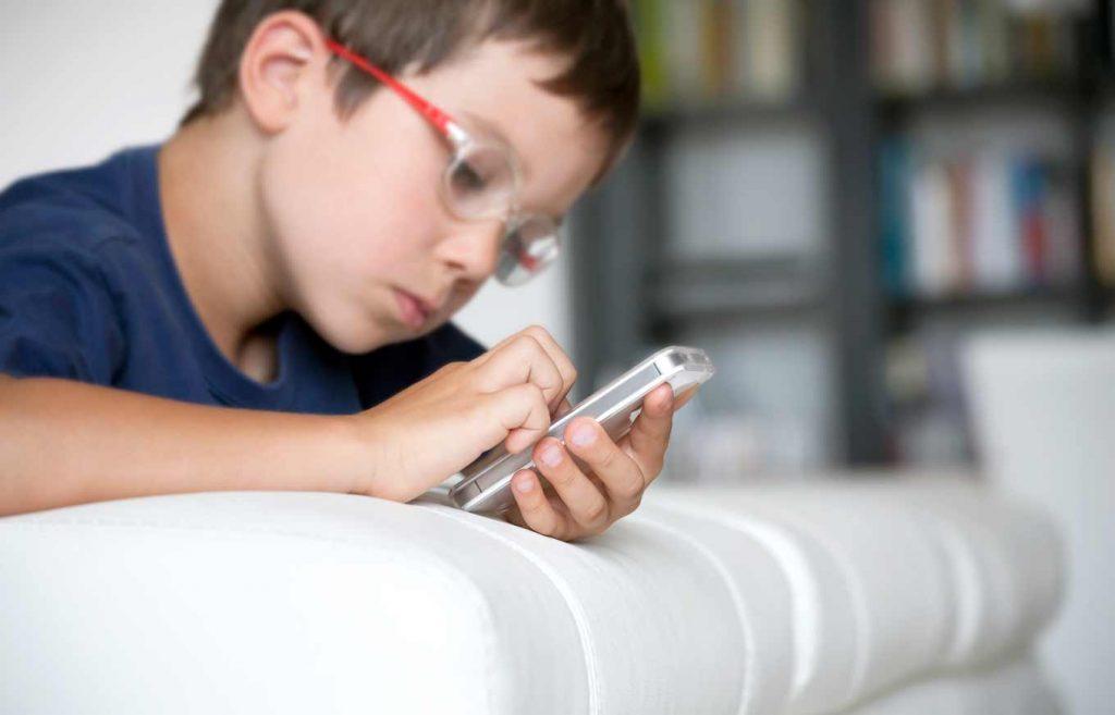 """مؤسس """"مايكروسوفت"""" يجيب: في أي سن تشتري لطفلك هاتفا محمولا؟"""