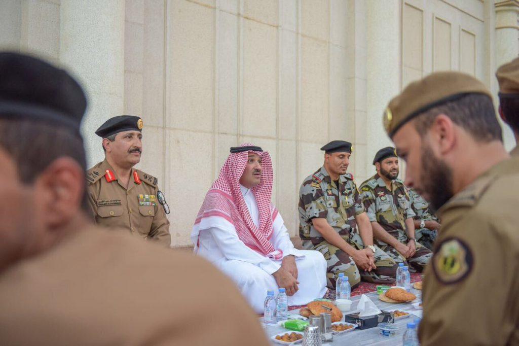 أمير المدينة يشارك رجال الأمن إفطارهم في ساحات المسجد النبوي