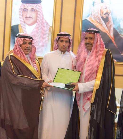 أمير الباحة يكرم الطالب العويدي