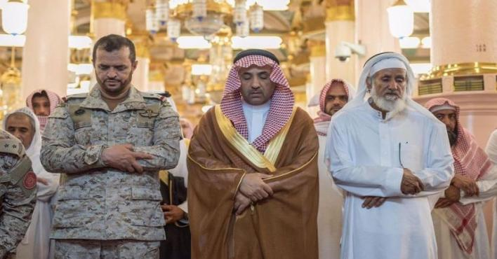 وكيل امارة المدينة المنورة يؤدي صلاة الميت على العريف سعد الحربي