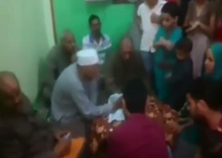 بالفيديو… وفاة مأذون أثناء عقده قران ابنته بمصر