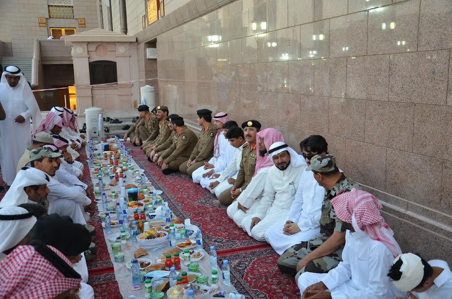 شرطة المدينة تنفذ مشروع سفرة إفطار صائم عن شهداء الواجب بالمسجد النبوي