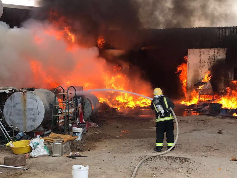 مدني سكاكا يسيطر على حريق في مستودع يحوي مواد بلاستيكية واسفنجية