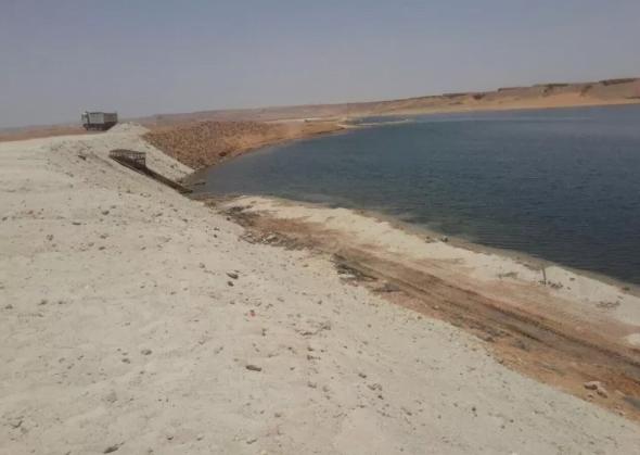 بلدية دومة الجندل تهيء شواطئ البحيرة للمتنزهين بالجوف