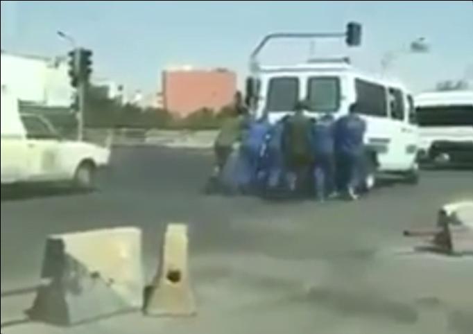 في إيران..سجناء يدفعون عربتهم المتعطلة خوفاً من آلة بطش النظام