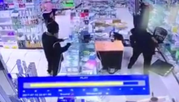 بالفيديو ملثمون مسلحون يسطون على صيدلية بمحافظة الخرج