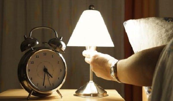 دراسة: النوم في الضوء يزيد مخاطر التعرض للسرطان