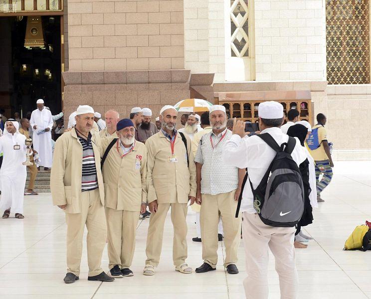 وسائل التواصل تنقل مشاعر الحجاج من ساحات المسجد النبوي إلى مختلف الدول والأقطار