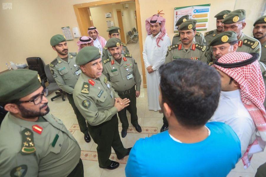 اللواء اليحيى يقف على استعدادات جوازات منفذ الحديثة لخدمة ضيوف بيت الله الحرام