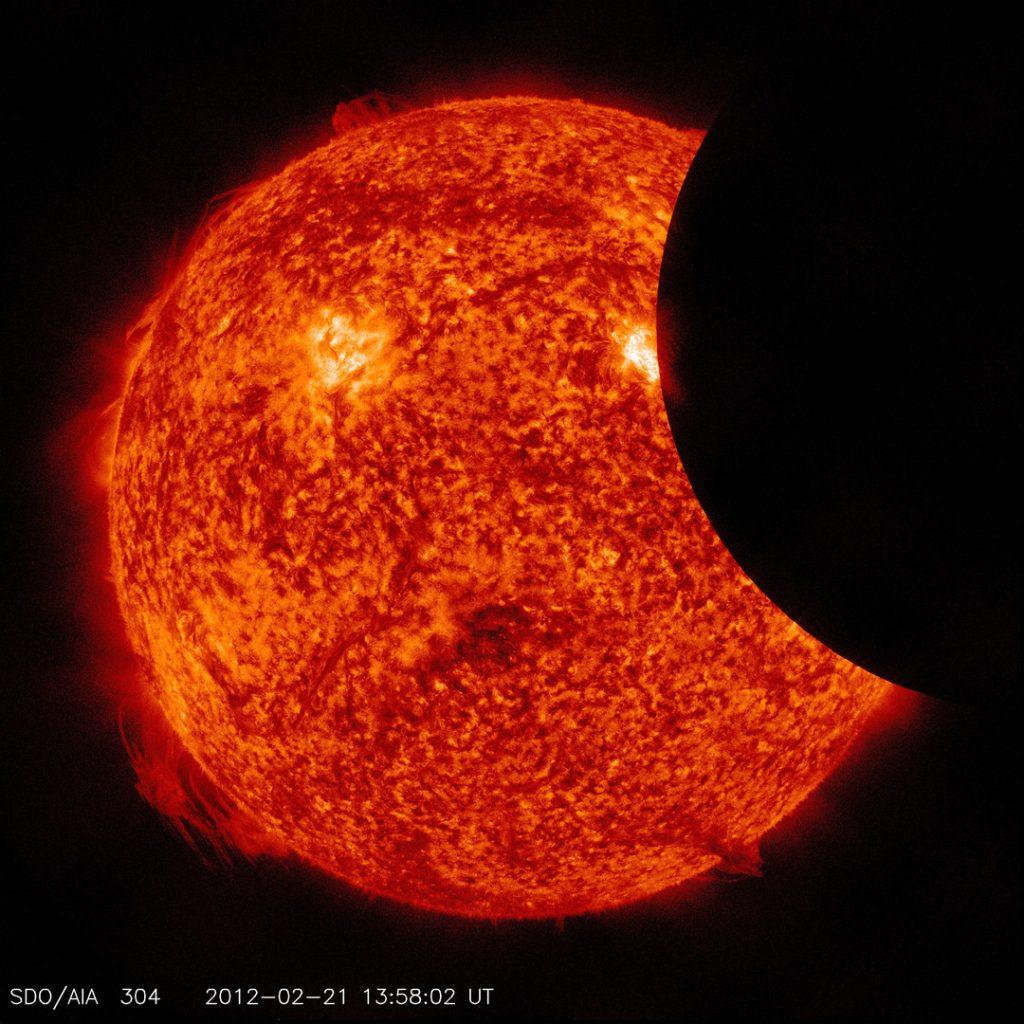 صور مذهلة.. شاهد كسوف الشمس من الفضاء