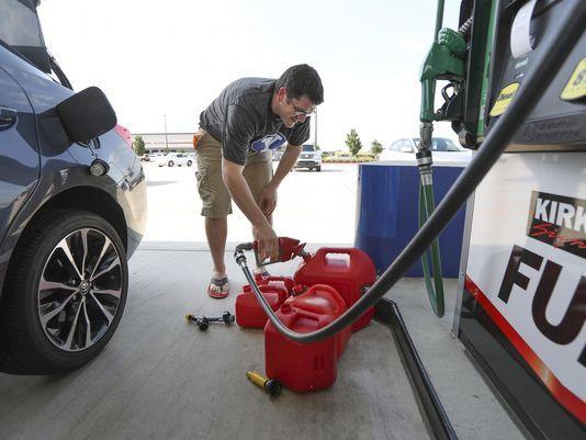 النفط يهبط والبنزين يقفز 7% عقب تأثر مصاف أمريكية بالعاصفة هارفي