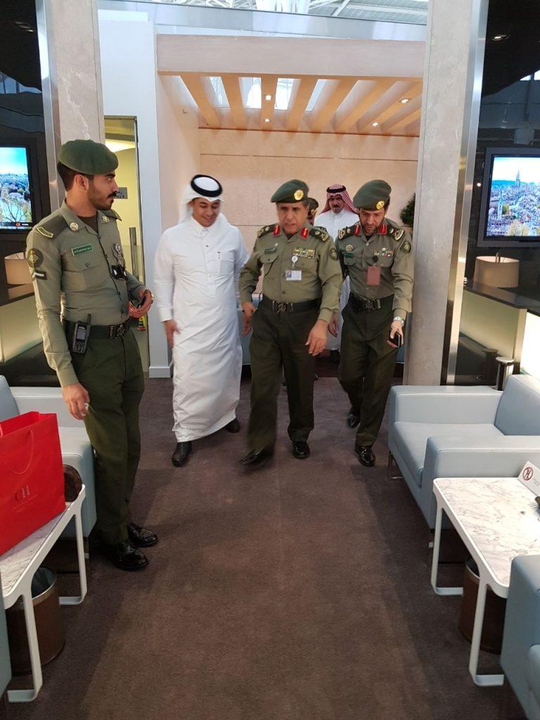 مدير عام الجوازات يزور صالة الفرسان بمطار المدينة