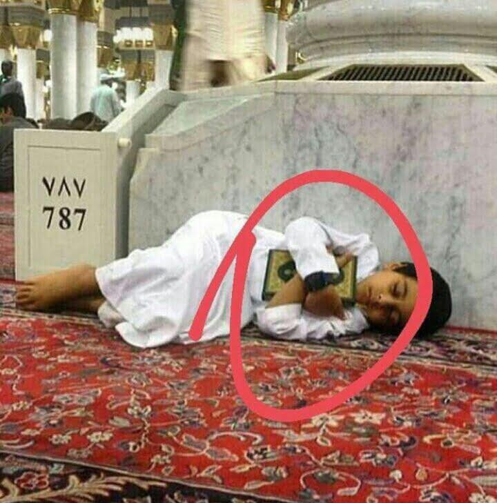 صورة معبرة لطفل بالمسجد النبوي