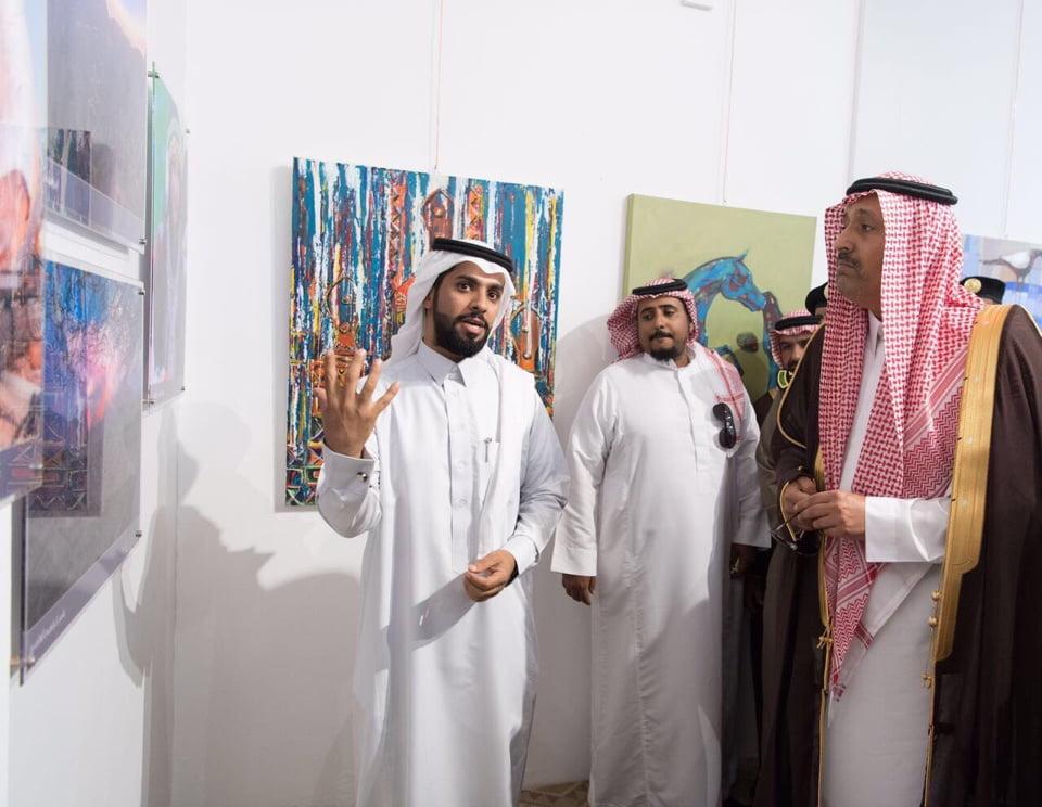 """""""أمير الباحة"""" يقتني عدد من الاعمال الفنية بمعرض فنون سعودية"""