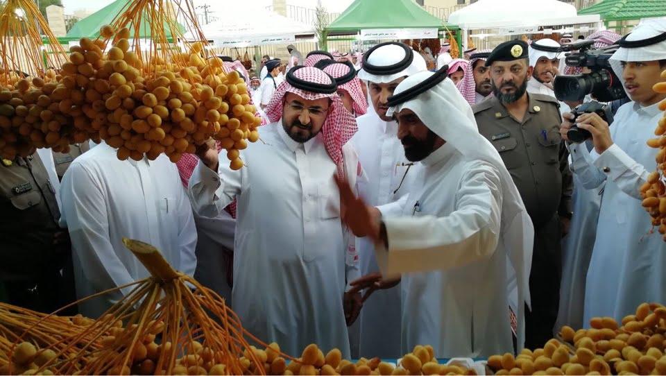 وكيل امارة الباحة يزور مهرجان التمور بالعقيق ويشيد بما رَآه