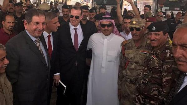 السبهان يزور منفذ عرعر ويغرد: عراق الأخوة والمحبة