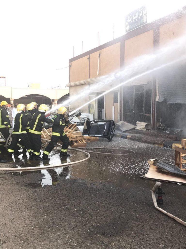 التماس كهربائي يتسبب في حريق محلين تجاريين داخل مجمع تجاري بتبوك