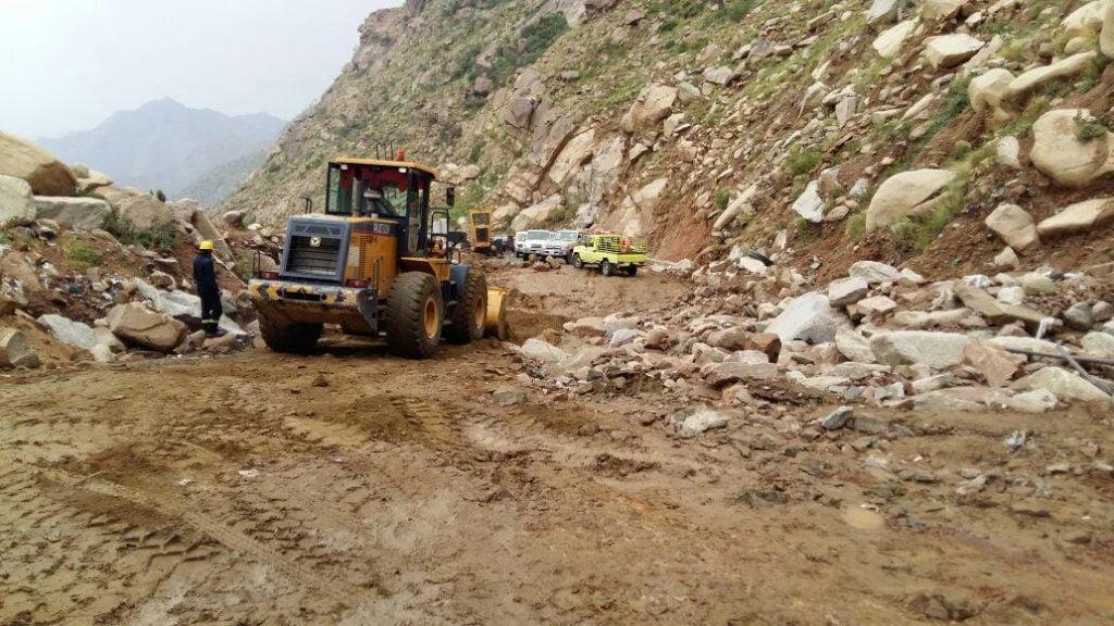 مدني جازان: إنقاذ 20 شخصا وإخراج 8 مركبات واحتراق 3 أعمدة وتضرر منازل نتيجة الأمطار