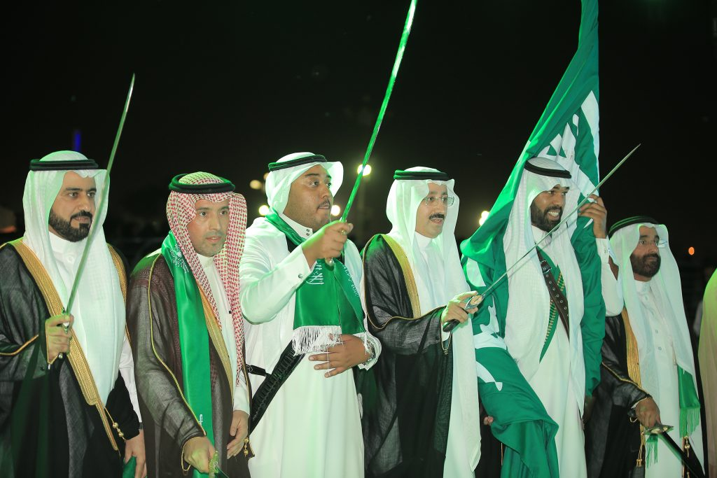 مهرجان الملك عبدالعزيز للإبل  يدرب الزوار على العرضة السعـودية