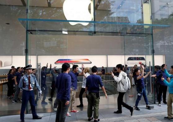 """شركة أبل تتعرض لموقف محرج بسبب """"آيفون8"""""""