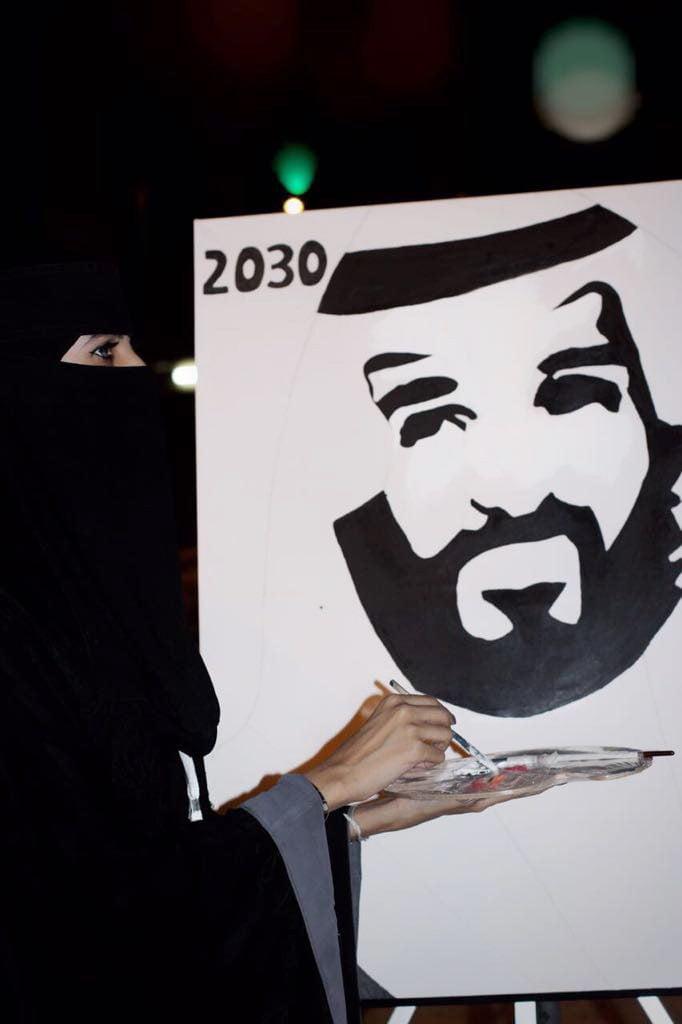 زوار فلايح عنيزة يضعون بصماتهم على رسمة عراب رؤية 2030
