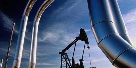 النفط يرتفع وتوقعات بتراجع المعروض