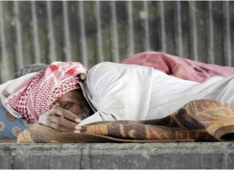 """شاهد قصة المواطن """"سالم """" التي قست عليه الحياة ورمته مشردًا في شوارع جدة!"""