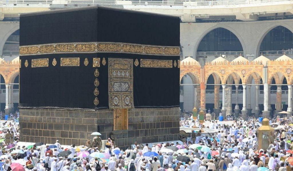 جموع المصلين يؤدون آخر جمعة في العام بالمسجد الحرام وسط منظومة متكاملة من الخدمات