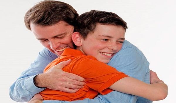 دراسة : كلما عانقت صغارك أكثر نمت عقولهم أكثر