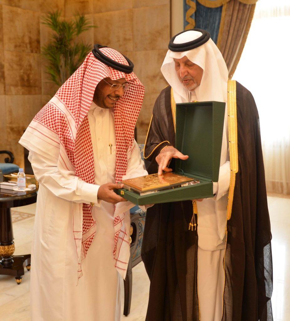 أمير مكة يكرم مواطن عثر على طفلة تائهة بكورنيش جدة