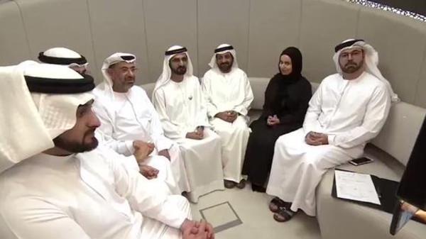 """بالفيديو.. الشيخ محمد بن راشد يشهد في عقد قران """"غير اعتيادي"""" بين عروسين من موظفيه"""