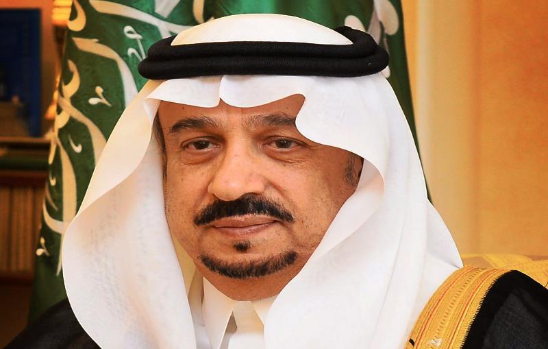أمير الرياض ينقل تعازي القيادة لأسرة الشهيد مهنا البيز