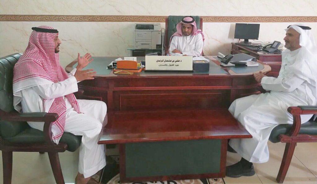 مدير جامعة الباحة يتفقد آلية تسجيل الجداول بعمادة القبول والتسجيل