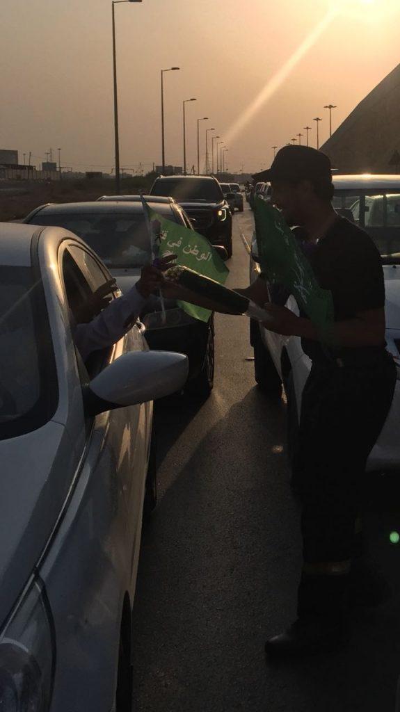 إدارة الدفاع المدني بالخرج تشارك في فعاليات اليوم الوطني بتوزيع الورود والإعلام