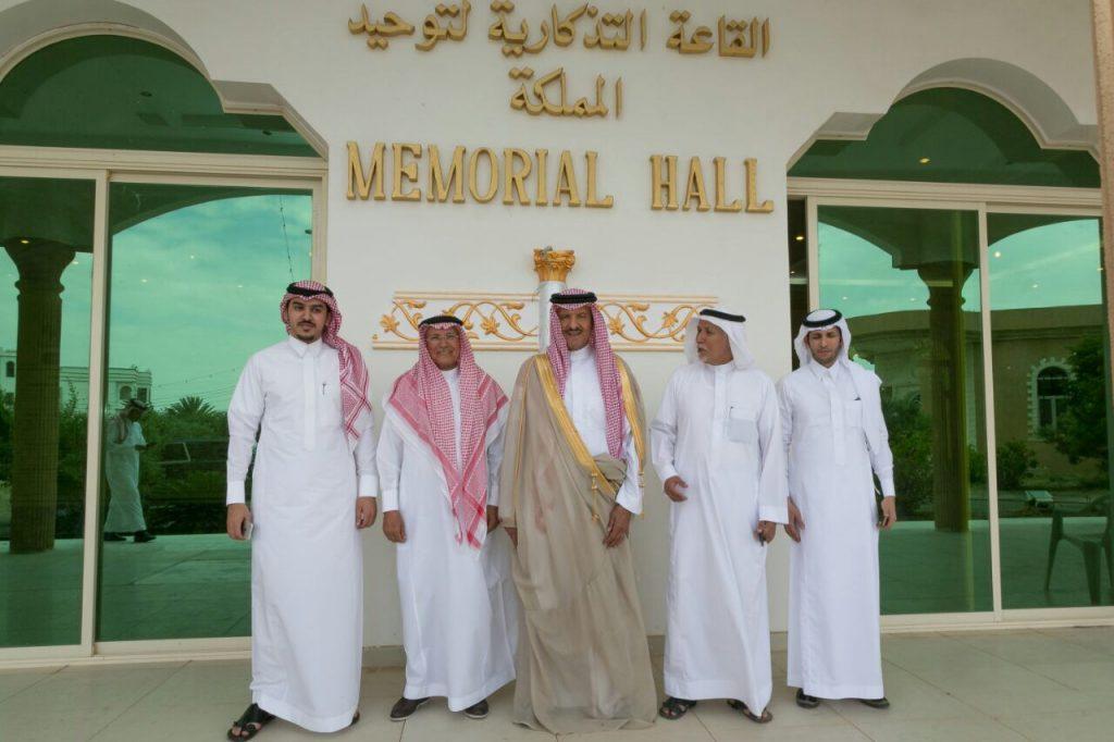 سلطان بن سلمان يزور مركز آل زلفة الثقافي والحضاري