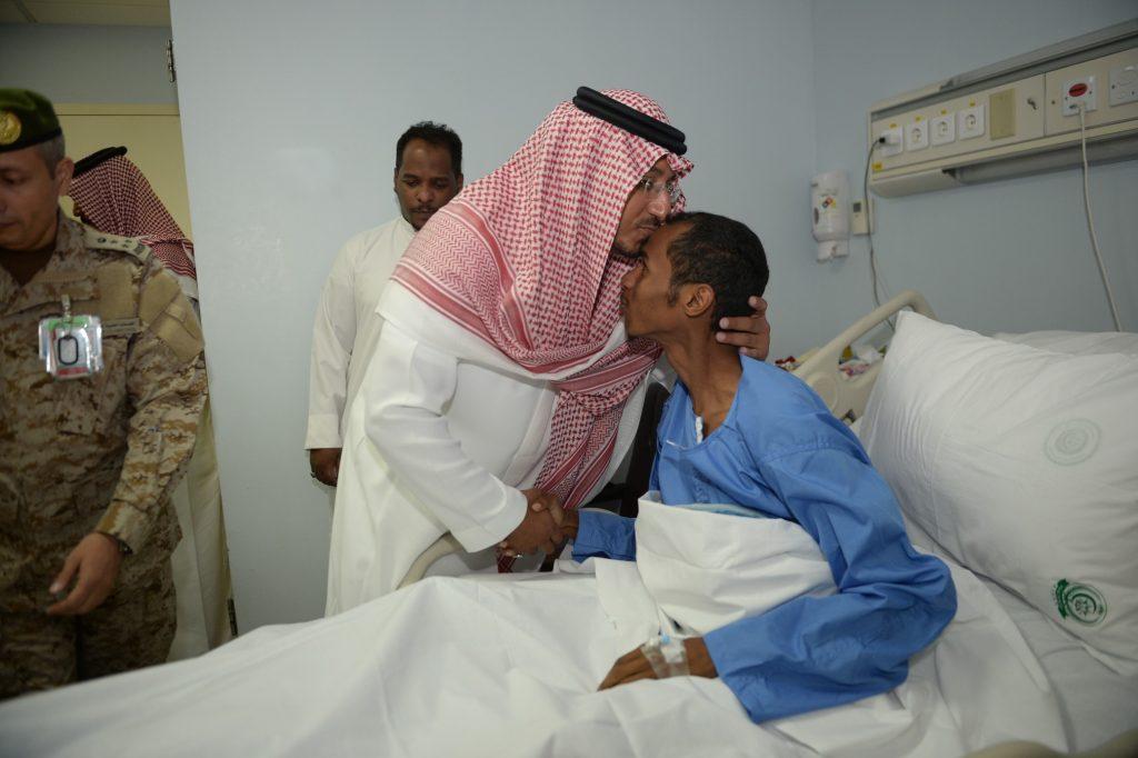 نائب أمير عسير يزور المصابين من رجال الأمن في مستشفى القوات المسلحة بخميس مشيط