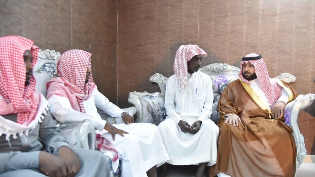 الأمير محمد بن عبدالعزيز ينقل تعازي القيادة لذوي شهيد الواجب جابر عطيف