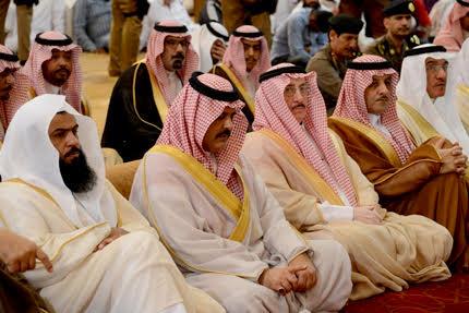 أمير منطقة حائل يتقدم المصلين في صلاة عيد الأضحى المبارك 1438هـ