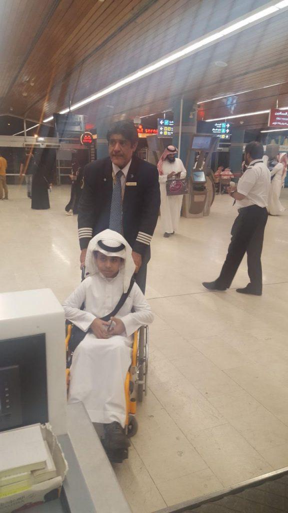 بعد إنهاء إجراءات سفره وتقبيله على رأسه..مسؤول بمطار أبها يدفع عربة طفل من ذوي الاحتياجات الخاصة حتى مقعده بالطائرة